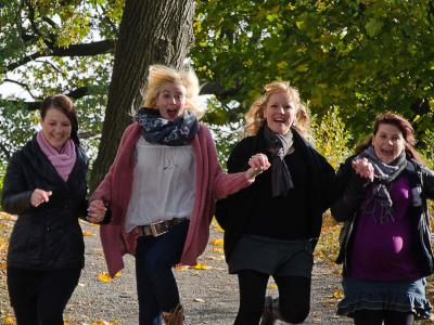 Vier Frauen laufen durch den Wald